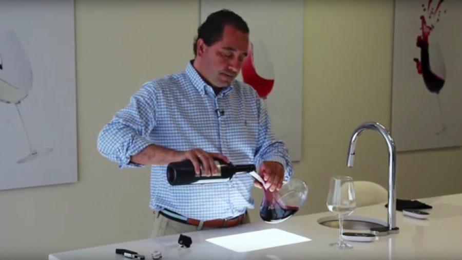 ¿Cómo descorchamos y decantamos un vino?